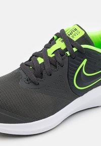 Nike Performance - STAR RUNNER 2 UNISEX - Neutrální běžecké boty - anthracite/electric green/white - 5