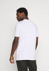 Lyle & Scott - SEASONAL BRANDED - Basic T-shirt - white - 2
