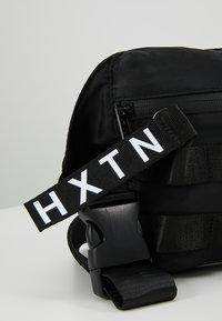 HXTN Supply - UTILITY TAPER CROSSBODY - Ledvinka - black - 7