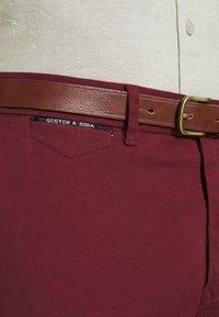 Scotch & Soda - NEW BELTED  - Chino kalhoty - bordeaux - 4