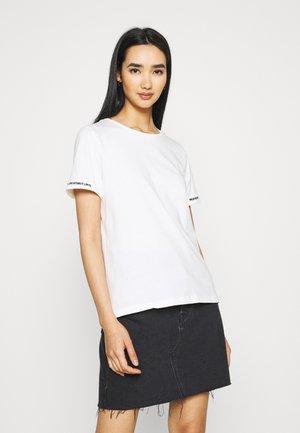 VISLEEVE DETAIL - Print T-shirt - snow white dream