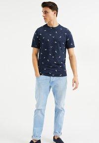 WE Fashion - MET VOGELDESSIN - T-Shirt print - dark blue - 1