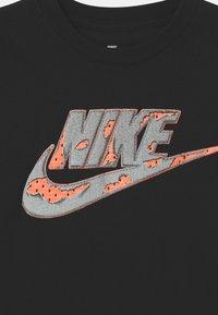 Nike Sportswear - SHORT SLEEVE GRAPHIC - Print T-shirt - black - 2