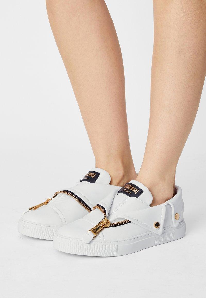 MOSCHINO - Zapatillas - bianco