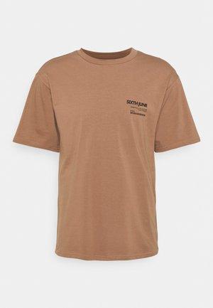 BARCODE TEE - Printtipaita - brown