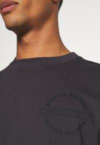 Common Kollectiv - CENTURY TEE UNISEX  - Print T-shirt - black - 6