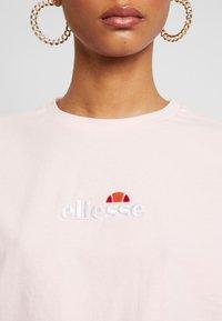 Ellesse - FIREBALL - Print T-shirt - light pink - 4