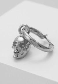 Northskull - ATTICUS SKULL HOOP EARRING - Orecchini - silver-coloured - 5