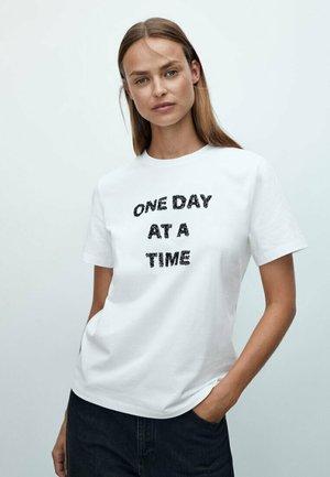MIT PAILLETTEN SLOGAN  - Print T-shirt - white
