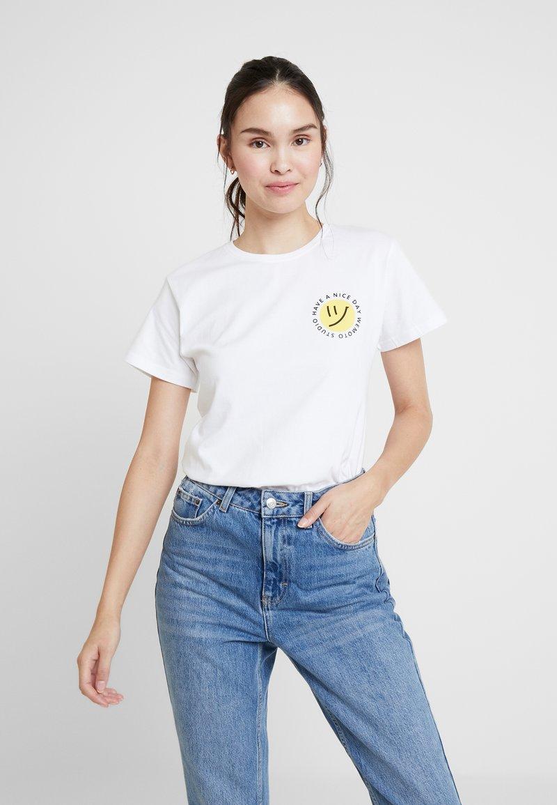 Wemoto - NIZE CROPPED - T-shirts print - white
