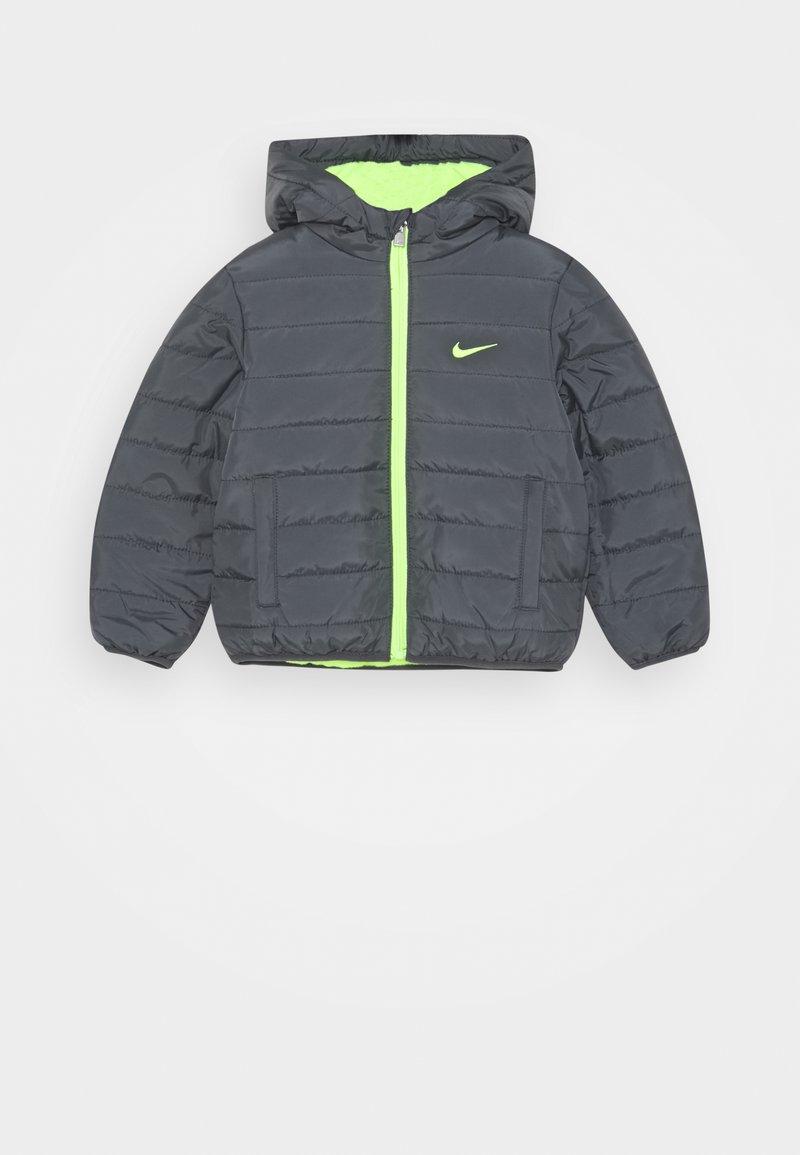 Nike Sportswear - BOYS ESSENTIAL PADDED - Winter jacket - dark gray