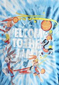 SIKSILK - SPACE JAM TIE DYE GRAPHIC TEE - Print T-shirt - blue/white - 4