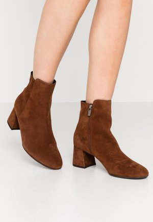 BETTY - Classic ankle boots - cognac