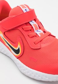 Nike Performance - REVOLUTION 5 FIRE - Zapatillas de running neutras - laser crimson/dark smoke grey/optic yellow - 5