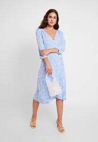 Monki - TORYN DRESS - Skjortekjole - blue dusty light - 2