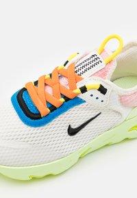 Nike Sportswear - LIVE UNISEX - Sneakers laag - sail/black/barely volt/grain - 5