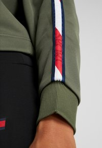 Tommy Hilfiger - HOODY CROPPED WITH TAPE - Huppari - green - 5