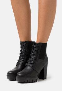 Miss Selfridge - BLAST BEATIE UPDATE - Šněrovací kotníkové boty - black - 0