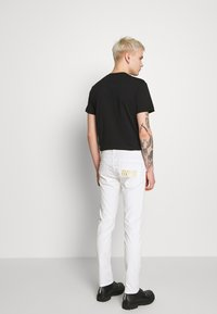 Versace Jeans Couture - NARROW BACK LOGO - Jeans slim fit - white - 2