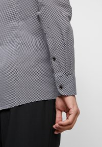 OLYMP - OLYMP LEVEL 5 BODY FIT  - Formal shirt - black - 5