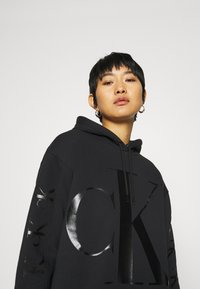 Calvin Klein Jeans - ECO LOGO HOODIE DRESS - Vestito estivo - black - 5