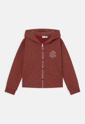 NKFLATTI SHORT - Sweater met rits - spiced apple