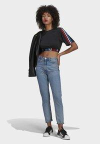 adidas Originals - PRIMEBLUE ADICOLOR ORIGINALS RELAXED T-SHIRT - Camiseta estampada - black - 1