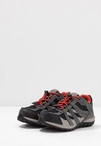 Columbia - CHILDRENS REDMOND WATERPROOF - Hiking shoes - black/flame - 3