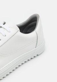 Bianco - BIABUZZ - Sneakersy niskie - white - 5