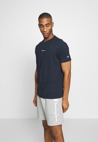 Champion - TIRE CREWNECK - T-shirts med print - dark blue - 0