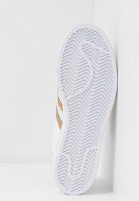 adidas Originals - SUPERSTAR - Tenisky - footwear wihte/copper metallic/core black - 6