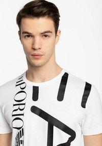 Emporio Armani - T-shirt con stampa - white - 3