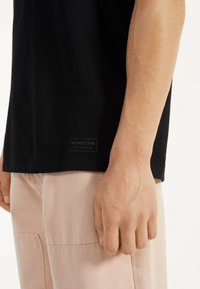 Bershka - MIT RUNDAUSSCHNITT - T-shirt basic - black - 3