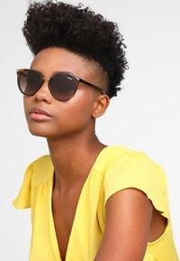 VOGUE Eyewear - Sluneční brýle - brown - 1