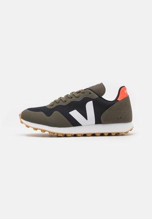 SDU - Trainers - black/white/kaki