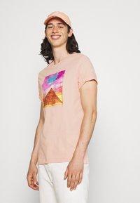 Nike Sportswear - TEE FESTIVAL PHOTO - T-shirt con stampa - arctic orange - 3