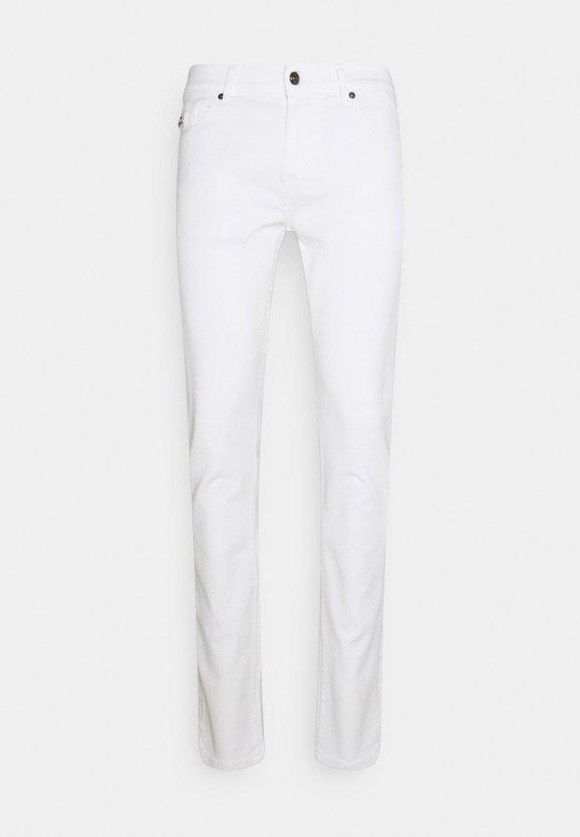 RONNIE SPEEDISTRTEKSUMTIM - Slim fit jeans - white