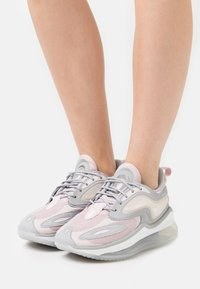 Nike Sportswear - AIR MAX ZEPHYR - Trainers - champagne/white/barely rose - 0