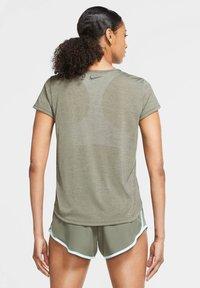 Nike Performance - ICON CLASH - Print T-shirt - olive - 2