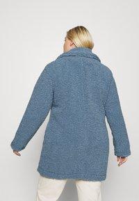 CAPSULE by Simply Be - TEDDY COAT - Classic coat - dusky blue - 2