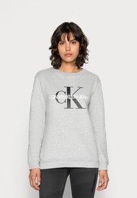 Calvin Klein Jeans - CORE MONOGRAM LOGO - Sweatshirt - light grey heather - 0