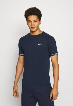 JCOFINN TEE - T-shirt imprimé - navy blazer