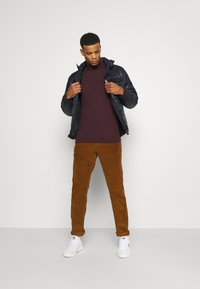 Burton Menswear London - FINE GAUGE ROLL  - Jumper - burgundy - 1