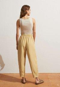 OYSHO - MIT LEINENANTEIL - Trousers - light yellow - 2