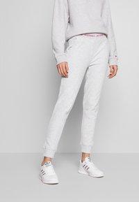 Tommy Jeans - BRANDED WAISTBAND PANT - Pantalon de survêtement - pale grey heather - 0