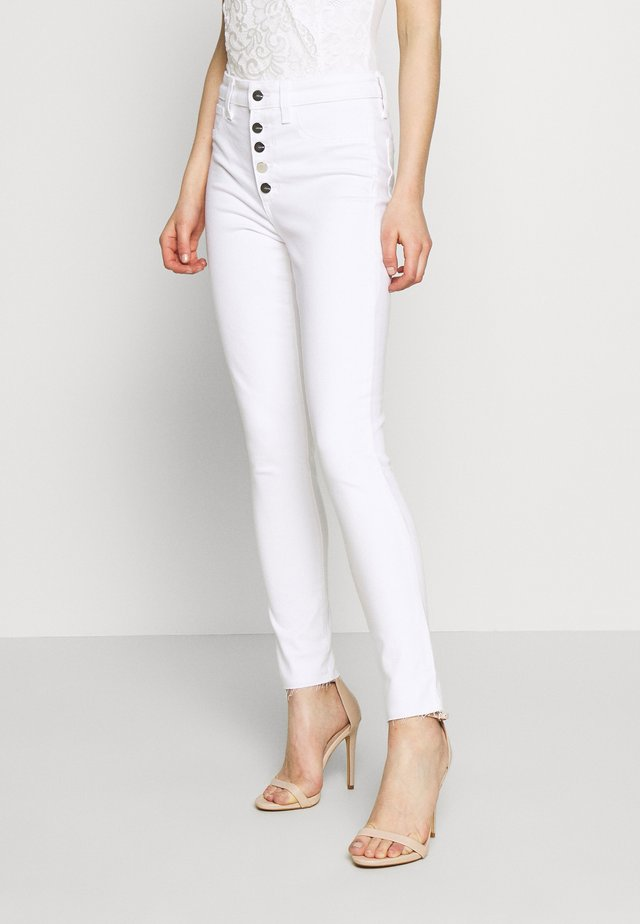THE CHARLIE ANKLE BUTTONFLY CUT - Skinny-Farkut - white