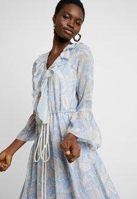 We are Kindred - AMALFI DRESS - Denní šaty - cornflower paisley - 3