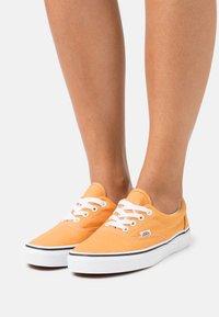 Vans - ERA - Trainers - golden nugget/true white - 0