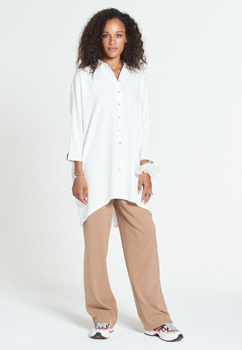 Jascha Stockholm - MAROCAIN - Robe chemise - offwhite