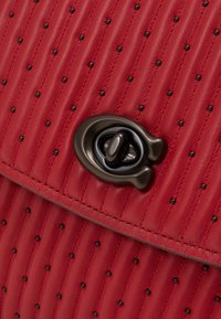 Coach - QUILTING WITH RIVETS PARKER SHOULDER BAG - Bolso de mano - red apple - 4